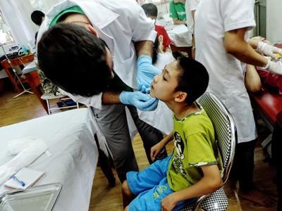 Un volontario esegue un controllo medico ad un bambino in Vietnam