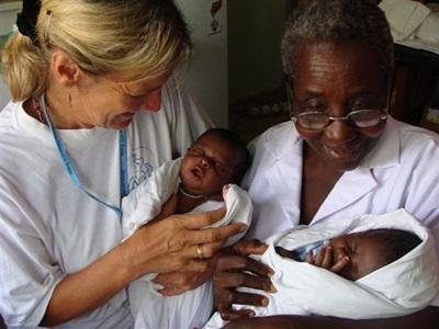 Ghana, una volontaria del progetto di ginecologia con un'ostetrica locale