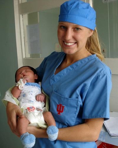 Una volontaria presta le prime cure ad un neonato in Mongolia