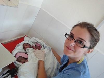 Una volontaria presta le prime cure ad un neonato