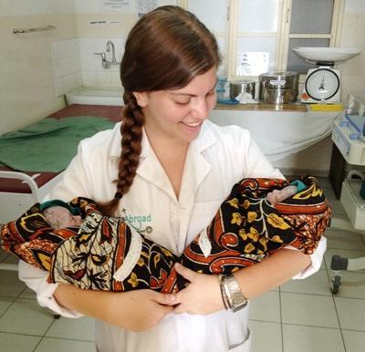 Una volontaria con due neonati nel reparto maternità di un ospedale di Dar Es Salaam
