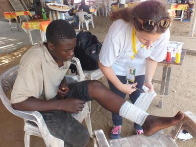 Una volontaria durante le attività del progetto di volontariato e stage in medicina e salute pubblica in Togo, Africa