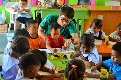 Un volontario lavora con i bambini in uno dei progetti nelle Filippine