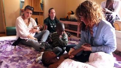 Volontarie del progetto di terapia occupazionale in Kenia al lavoro
