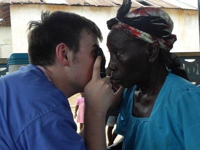 Un volontario del progetto di medicina accerta le condizioni di una paziente
