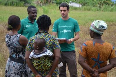 Microcredito in Ghana - volontari raccolgono informazioni dalle donne coinvolte nel progetto