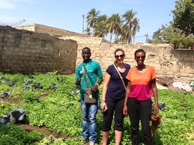 Volontarie in un orto per il progetto di microcredito in Senegal