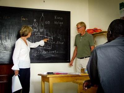 Due volontari del progetto di microcredito tengono una lezione per gli imprenditori locali