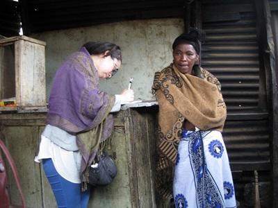 Una volontaria del progetto di microcredito al lavoro in Tanzania