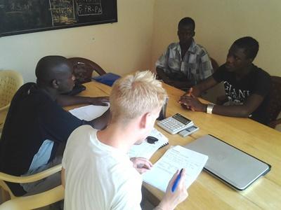 Un volontario del progetto di microcredito con uomini locali