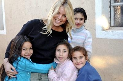 Una volontaria in missione umanitaria con i bambini di una casa famiglia a Córdoba