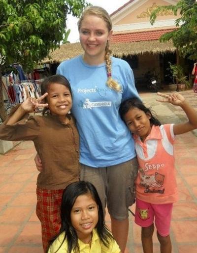 Una volontaria abbraccia i bambini di un centro di accoglienza locale