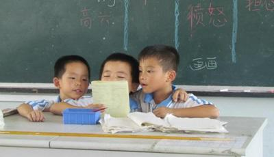 Tre bambini del progetto di missioni umanitarie imparano le prime parole di inglese