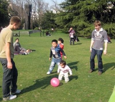 Due volontari giocano con i bambini locali per una missione umanitaria in Cina