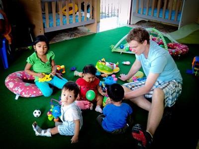 Un volontario in missione umanitaria si prende cura dei bambini di un centro di accoglienza alle Galapagos