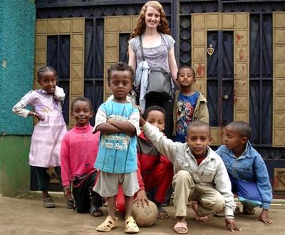 Una volontaria in missione umanitaria con un gruppo di bambini in Etiopia