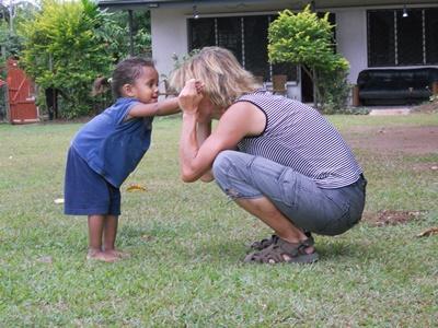 Fiji, una volontaria gioca insieme ad una bambina durante la ricreazione