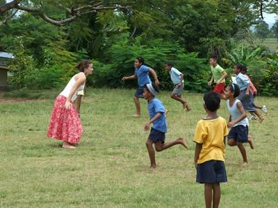 Fiji, bambini partecipando ai giochi organizzati dai volontari