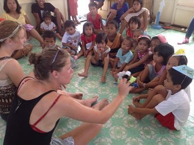 Bambini e volontari nelle Filippine giocano con le marionette