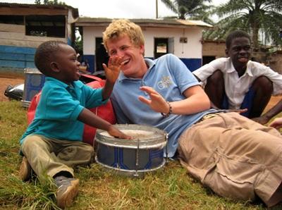 Un volontario in missione umanitaria gioca con un bambino in Ghana
