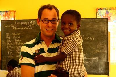 Un volontario in missione umanitaria abbraccia un bambino In Giamaica
