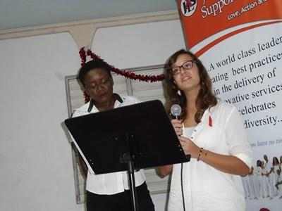 Una volontaria di Projects Abroad viene coinvolta nella presentazione della Giornata mondiale contro l'AIDS
