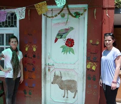 Due volontarie che partecipano al progetto di HIV/AIDS a sostegno dei bambini Nepalesi.
