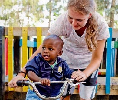 Una volontaria in missione umanitaria gioca con un bambino in Kenia