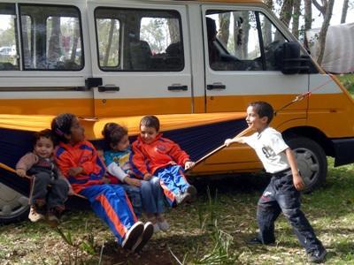 Bambini del progetto in missioni umanitarie in Marocco, giocano con un'amaca