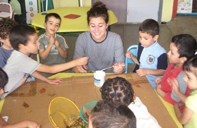 Volontaria del progetto di missioni umanitarie si prende cura di alcuni bambini in Marocco