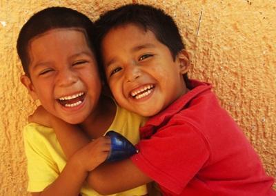 Due bambini messicani posano per una foto