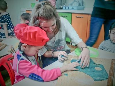 Una volontaria in missione umanitarie in Mongolia realizza biscotti di plastilina insieme ai bambini