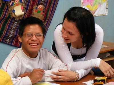 Una volontaria posa per una foto con un bambino del luogo durante una missione umanitaria in Perù