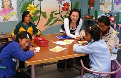 Alcuni bambini del progetto in missioni umanitarie assieme ad una volontaria in Perù