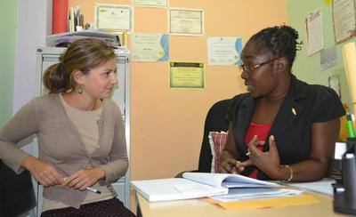 In Giamaica, una volontaria del progetto di Psicologia di Projects Abroad a lavoro con lo staff locale