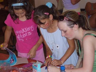 Una volontaria organizza un laboratorio artistico durante una missione umanitaria in Romania