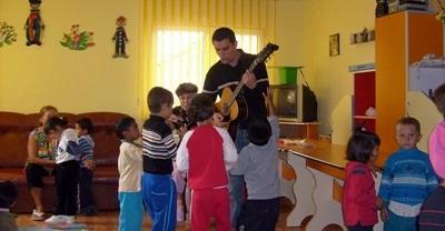 Un volontario del progetto in missioni umanitarie accudisce un gruppo di bambini in Romania