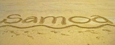 I volontari del progetto in missioni umanitarie a Samoa insegnano ai bambini a scrivere sulla sabbia