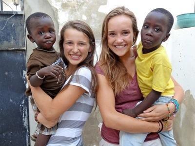 Alcuni volontari in missione umanitaria intrattengono i bambini in Senegal