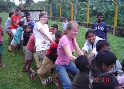 I volontari del progetto in missioni umanitarie giocano con i bambini in Sri Lanka