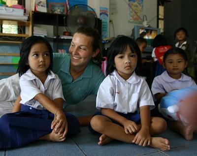 Alcuni bambini del progetto in missioni umanitarie assieme ad una volontaria in Thailandia