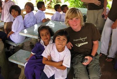 Thailandia: alcuni bambini di un centro locale assieme ad un volontario