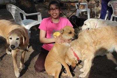 Una giovane ragazza che partecipa al progetto di terapia canina nel centro di riabilitazione di Cordoba