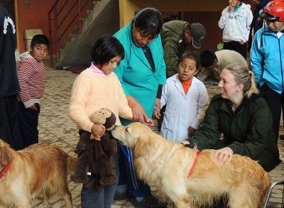 Volontario di Projects Abroad del programma di Terapia Canina per bambini disabili in Bolivia