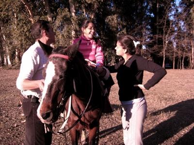 Tre volontarie che lavorano nel progetto di terapia con i cavalli in Argentina