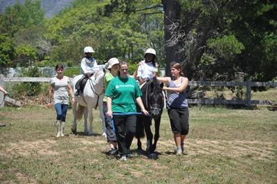 I volontari partecipano alle sessioni di terapia equestre in Sudafrica