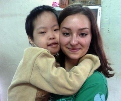 Un bambino assieme ad una volontaria durante un progetto di missioni umanitarie in Vietnam