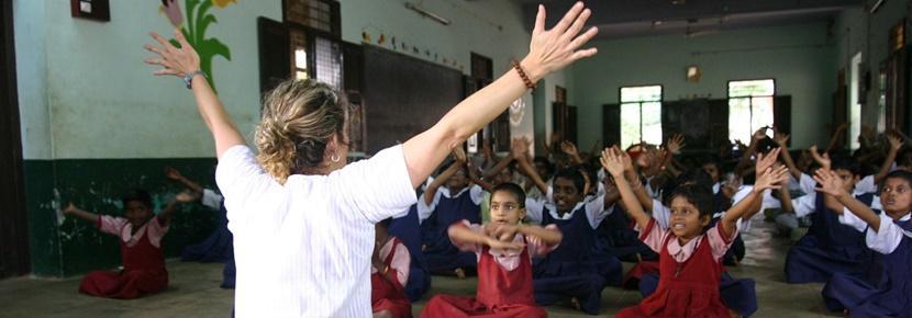 Una volontaria delle Missioni Umanitarie durante una lezione