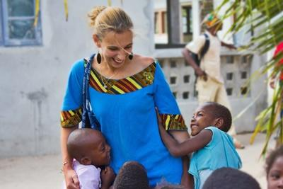Una volontaria delle missioni umanitarie di ProjectsAbroad all'estero