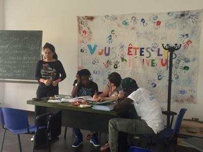 Una volontaria durante le attività con gli immigrati a Reggio Calabria